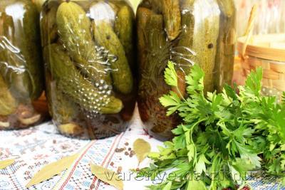 Огурцы маринованные на зиму хрустящие в банках - рецепт с фото (+5 рецептов)