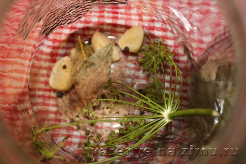 Огурцы маринованные на зиму хрустящие в банках: фото 5