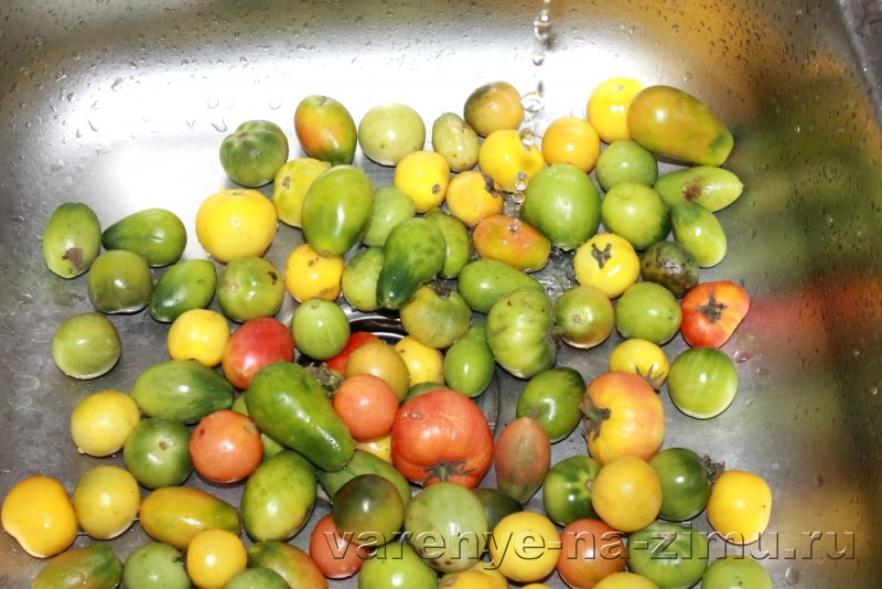 Зеленые помидоры на зиму простой рецепт в банках: фото 2